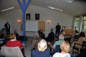 Publikum lytter til Bjørn Hansen  inne i messa på Varden leir